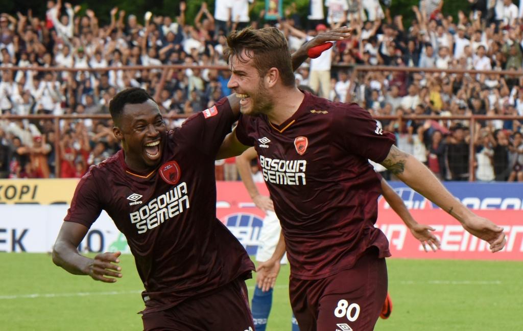 Striker PSM Guy Junior (kiri) membawa kemenangan timnya menang atas Arema FC berkat golnya (Foto: Antara/Yusran Uccang)