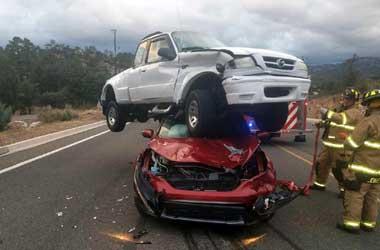 Madza pickup mendarat di atap Honda CR-V. Auotevolution