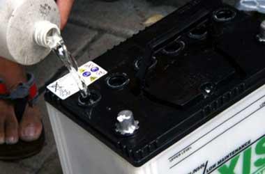 Mengisi air aki sebaiknya saat mesin tidak panas atau di pagi