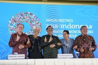 Di Balik Foto Gaya Satu Jari Bos IMF dan WB