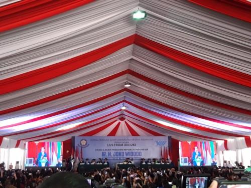 Presiden Joko Widodo saat menyampaikan orasi ilmiah di Lustrum