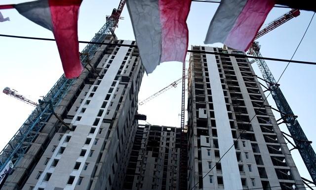 Dua tower rusun Pasar Rumput, Manggarai, Jakarta, sedang diselesaikan. Rusun murah yang dibangun di perkotaan merupakan bagian program Satu Juta Rumah. Antara Foto/Indrianto Eko Suwarso