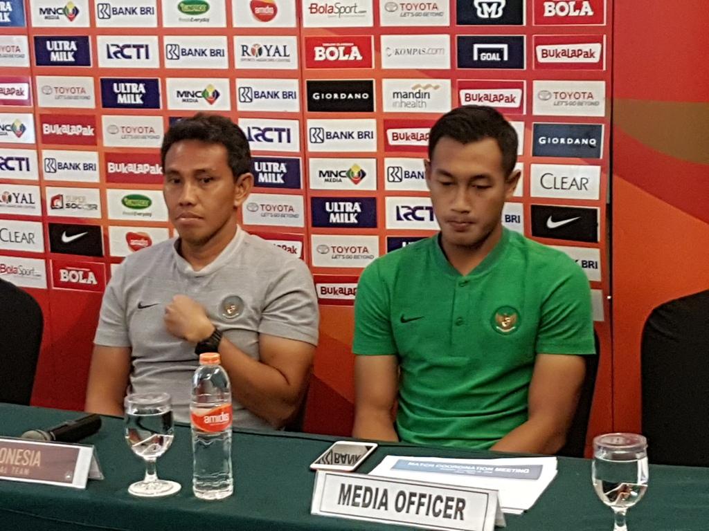 Caretaker Timnas Indonesia Bima Sakti didampingi Hansamu Yama menghadiri konferensi pers jelang laga uji coba kontra Hong Kong (Foto: medcom.id/M. Rizky Adhestian)