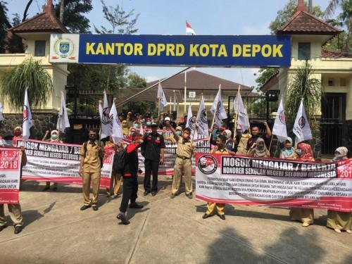 Suasana demonstrasi guru honorer di depan kantor DPRD Kota