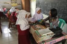Polwan Gantikan Guru Honorer Mengajar di Indramayu