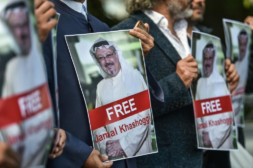 Demonstran membawa foto Jamal Khashoggi di depan Konsulat Arab Saudi di Istanbul, Turki, 5 Oktober 2018. (Foto: AFP/File / OZAN KOSE)