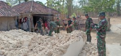 Petugas Masih Bersihkan Puing Bangunan di Sumenep