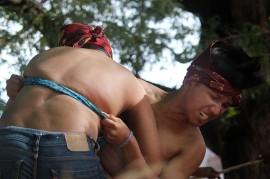 Serunya Tradisi Gulat Okol di Surabaya
