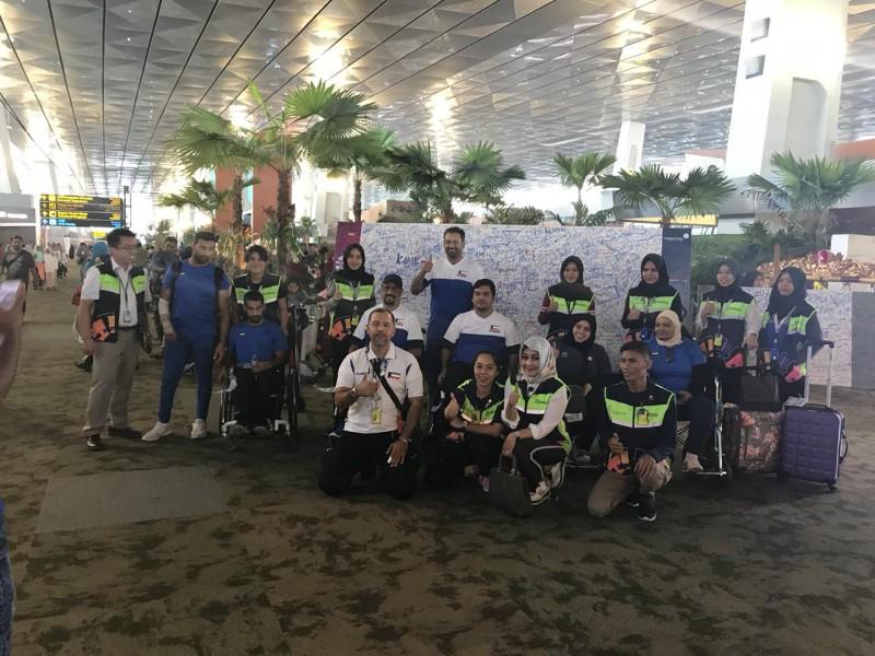 Kontingen Kuwait berpose di depan wal of fame Asian Para Games 2018. (Foto: Humas INAPGOC)