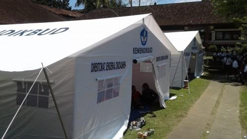 Salah satu tenda kelas darurat yang didirikan di lokasi bencana,