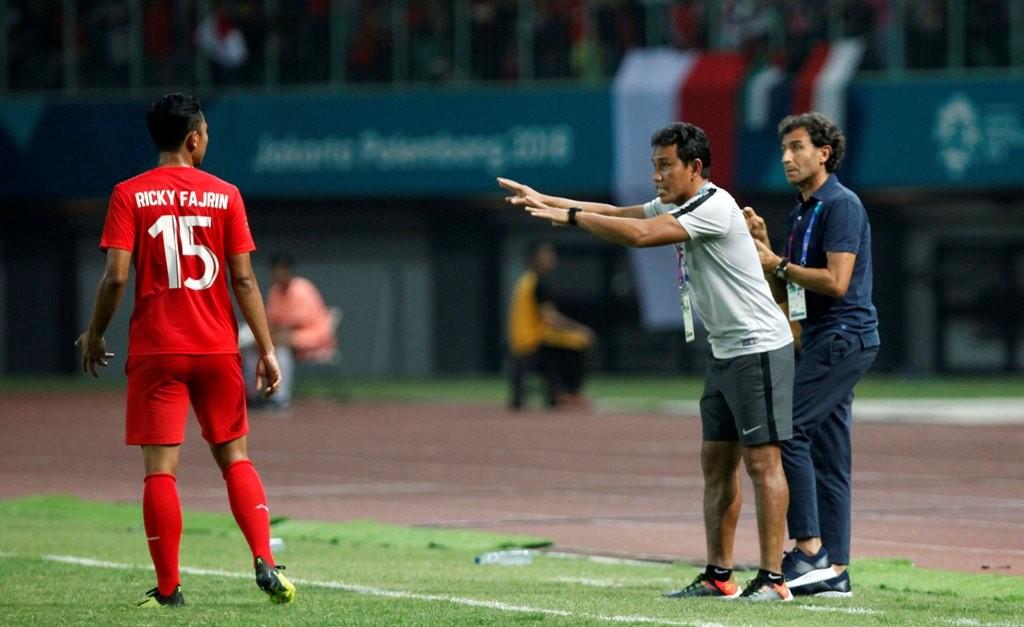 Bima Sakti mendampingi Luis Milla untuk memberikan arahan kepada pemain Timnas Indonesia Ricky Fajrin di Asian Games 2018 (Foto: MI/Rommy Pujianto)