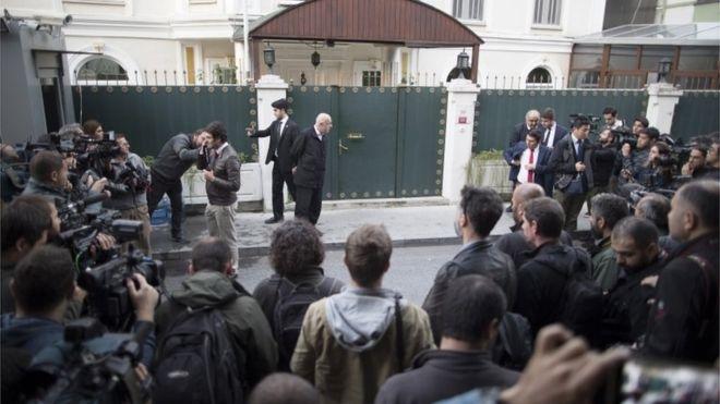 Otoritas Turki ketika mendatangi rumah dinas Konjen Arab Saudi di Istanbul. (Foto: EPA)