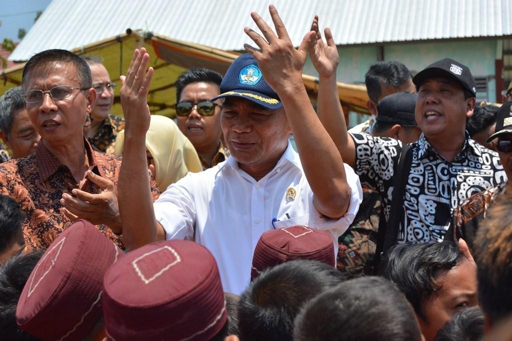 Mendikbud Muhadjir Effendy bernyanyi bersama para siswa siswi SDN Labuan Alas, Kabupaten Sumbawa, Nusa Tenggara Bara. MI/Yusuf Riaman.