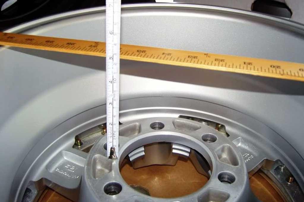 Pilih pelek mobil dengan ukuran offset sesuai standar pabrikan agar komponen kaki-kaki lebih awet. WheelPros