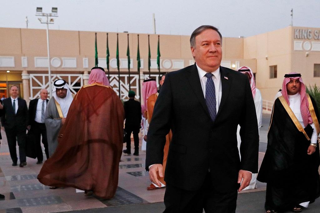 Menlu AS Mike Pompeo berjalan menuju pesawat untuk meninggalkan Riyadh, Arab Saudi, 17 Oktober 2018. (Foto: AFP/LEAH MILLIS)