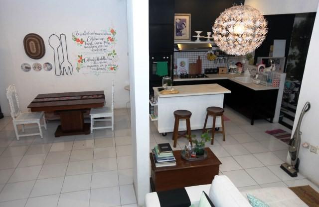 Ruang makan, ruang keluarga dan dapur di rumah kediaman pelukis, ilustrator dan perajin asesoris Asti Husain di kawasan Pondok Labu, Jakarta Selatan. ilustrasi/MI/Panca Syurkani