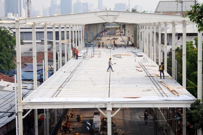 Suasana proyek pembangunan jembatan multiguna atau skybridge Tanah Abang di Jakarta. Foto: MI/Bary Fathahilah.