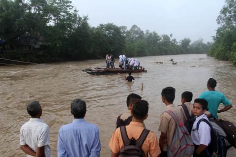 Jembatan Rusak, Anak-anak Sekolah Gunakan Getek
