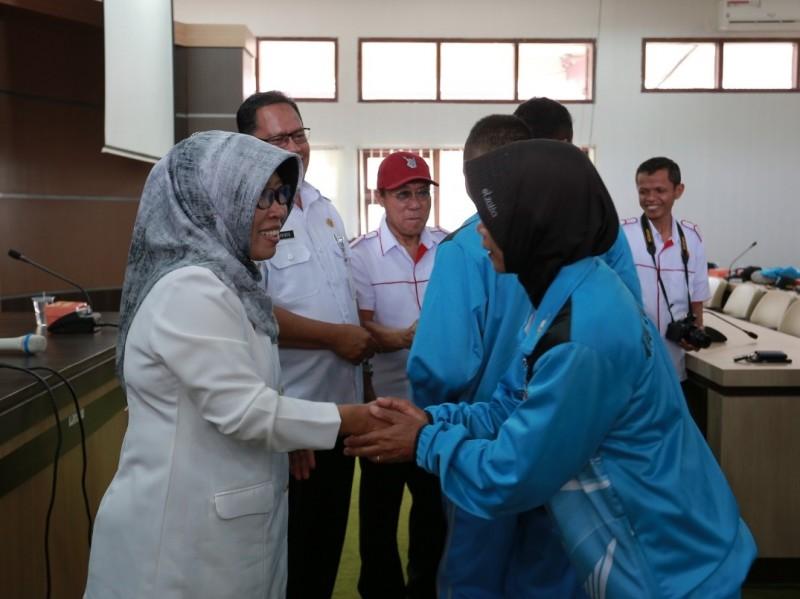 Plt Bupati Tegal Umi Azizah foto bersama dengan para kontingen dan ofisial sebelum mengikuti Porprov Jateng. Medcom.id/Kuntoro Tayubi