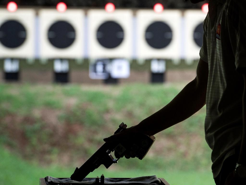 Seorang atlet menembak tengah berlatih di Lapangan Tembak, Senayan. Foto: Antara/Sigid Kurniawan.