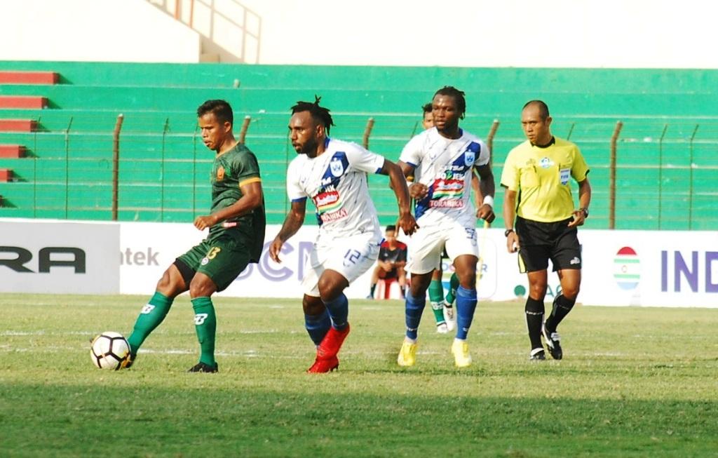 Para pemain PSIS Semarang (berkostum putih) saat menempel pemain PS Tira. (Foto: Medcom.id/Ahmad Mustaqim)