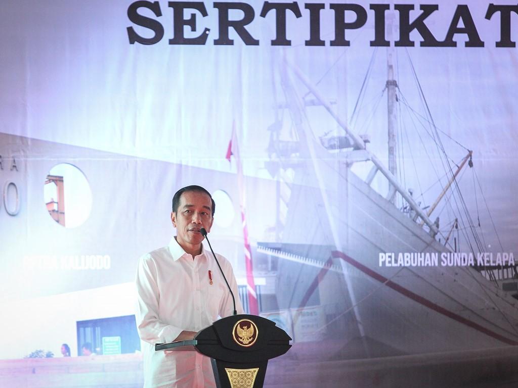 Presiden Joko Widodo menyampaikan kata sambutan pada acara Penyerahan Sertifikat Tanah Untuk Rakyat di kawasan Marunda, Jakarta Utara. Foto: Antara/Dhemas Reviyanto.
