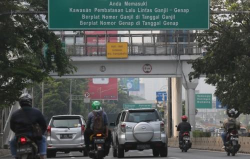 Kendaran roda empat berpelat nomor ganjil dan genap melewati jalan Gatot Subroto, Jakarta. Foto: MI/Ramdani.