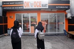 Suasana toko OK OCE Mart yang tampak lengang dan terkunci di Jalan Warung Jati Barat, Kalibata, Jakarta Selatan. (Foto: MI/Bary Fathahilah)