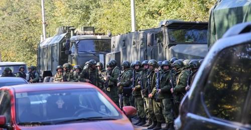 Militer berjaga usai penembakan di sekolah tinggi Krimea. (Foto: