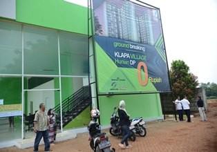 Warga DKI Jakarta melihat-lihat rumah contoh program DP 0 rupiah di lokasi pembangunan di kawasan Klapa Village, Pondok Kelapa, Jakarta Timur. (Foto: MI/Mohammad Irfan)