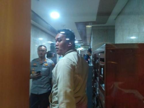 Polres Metro Jakarta Pusat menyisir kembali ruang kerja anggota DPR RI di Nusantara I kompleks Parlemen, Senayan, Jakarta Pusat--Medcom.id/Whisnu Mardiansyah.
