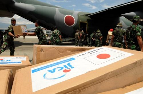 Pasukan angkatan udara Jepang bersama pasukan angkatan darat Indonesia mengeluarkan bantuan dari Pesawat Hercules C-130 H Japan Air Self-Defense Force di Bandar Udara Mutiara Sis Aljufri Palu, Sulawesi Tengah, Sabtu (6/10). MI/M Taufan SP Bustan.