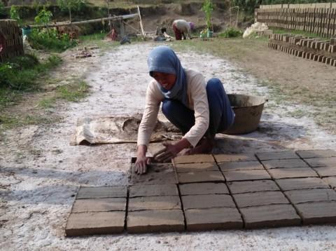 Petani Bawang Merah Beralih Produksi Batu Bata