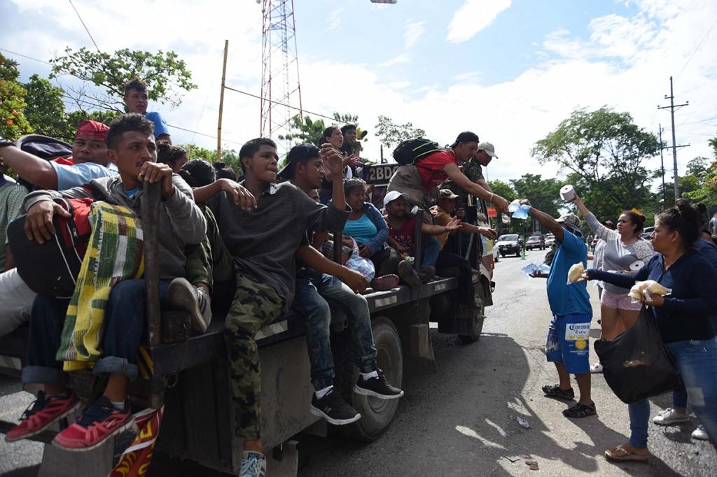 Warga Guatemala Beri Bantuan ke Imigran Honduras