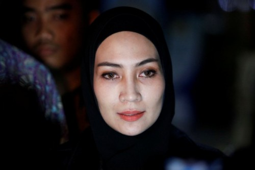 Model dan desainer Fenny Steffy Burase menjawab pertanyaan wartawan seusai menjalani pemeriksaan di Gedung KPK, Jakarta. Foto: MI/Rommy Pujianto.