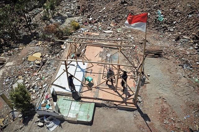 Sejumlah warga Desa Menggala, Pemenang, Lombok Utara, mulai membangun sendiri rumah sementara setelah dua bulan pascagempa, Selasa (9/10/2018). Antara Foto/Ahmad Subaidi