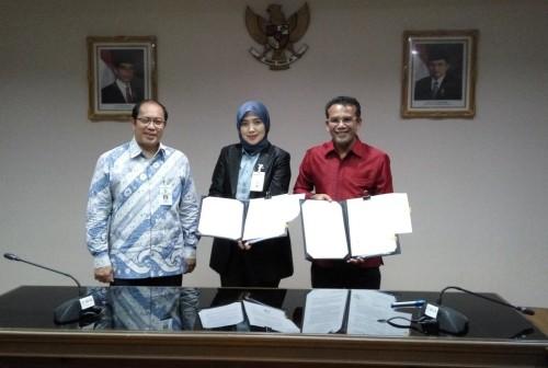 Direktur Utama LMAN Rahayu Puspasari dan Wali Kota Lhokseumawe Teuku Suaidi Yahya menandatangani kesepakatan pinjam pakai RS Arun kepada Pemkot Lhokseumawe (Foto:Medcom.id/Anggi Tondi Martaon)