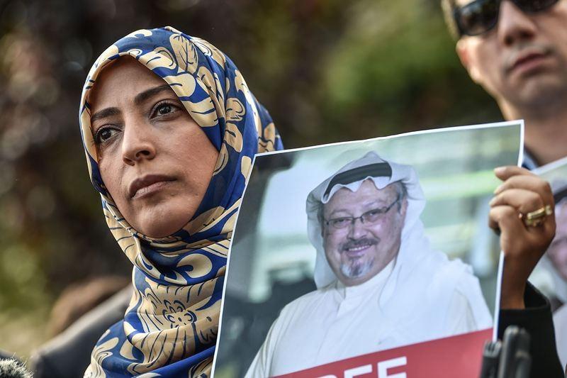 Peraih Nobel Perdamaian asal Yaman, Tawakkol Karman, memegang foto Jamal Khashoggi saat protes di depan kantor Konsulat Arab Saudi di Istanbul. (Foto: AFP).