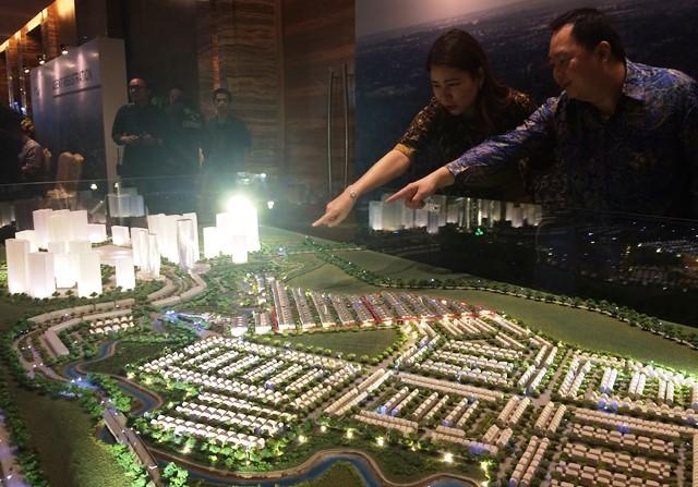 Head of Residential Keppel Land Indonesia Supardi Ang dan  Direktur Metropolitan Land, Olivia Surodjo menunjukkan maket proyek premium baru mereka.