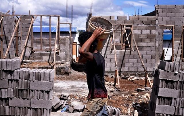 Kegiatan pembangunan rumah murah di Manado. Per Oktober ini capaian Program Satu Juta Rumah 2018 tercatat 904.758 unit atau 70 persen dari target. Antara Foto/Adwit B. Pramono