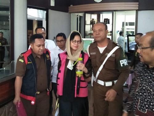 Mantan Dirut Pertamina Karen Agustiawan (kedua kiri) mengenakan