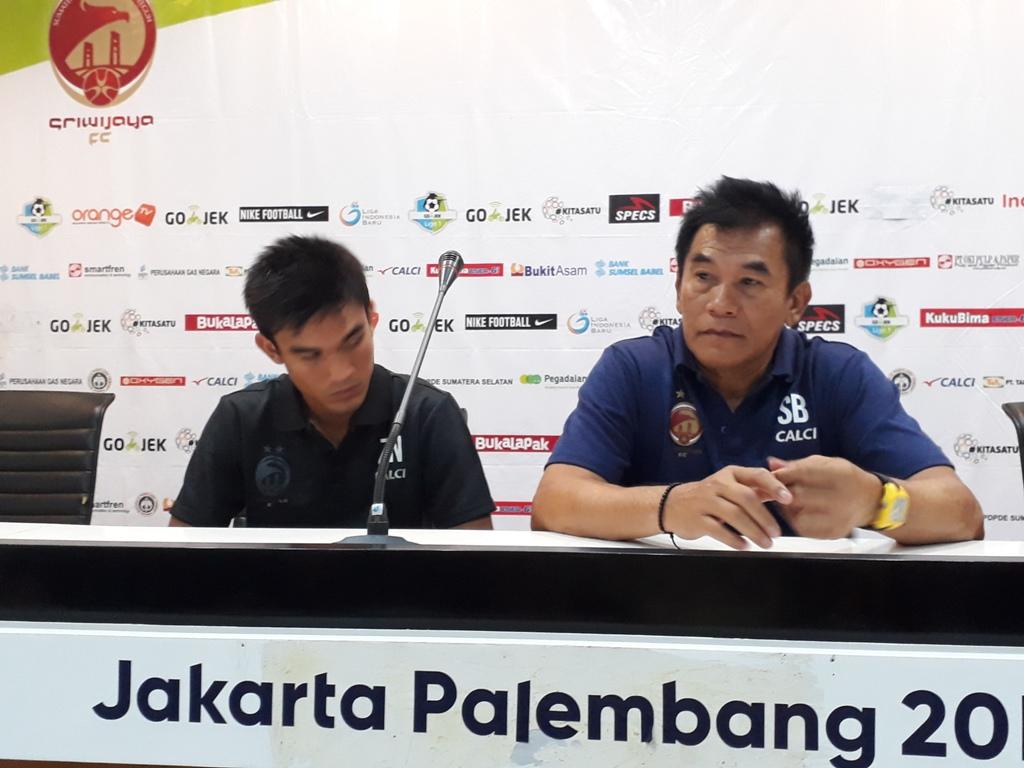 Pelatih Sriwijaya FC Subangkit (kanan) saat menghadiri konferensi pers usai takluk 0-3 dari PSMS Medan di Liga 1 (Foto: medcom.id/Deddy Pranata)