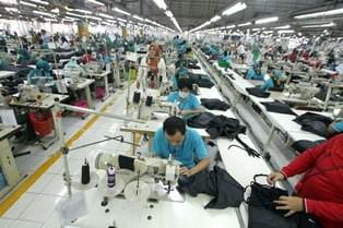 Sejumlah pekerja meyelesaikan pembuatan pakaian di pabrik garmen