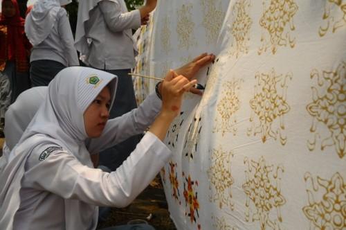 Sejumlah siswa membatik bersama di komplek Madrasah Aliyah
