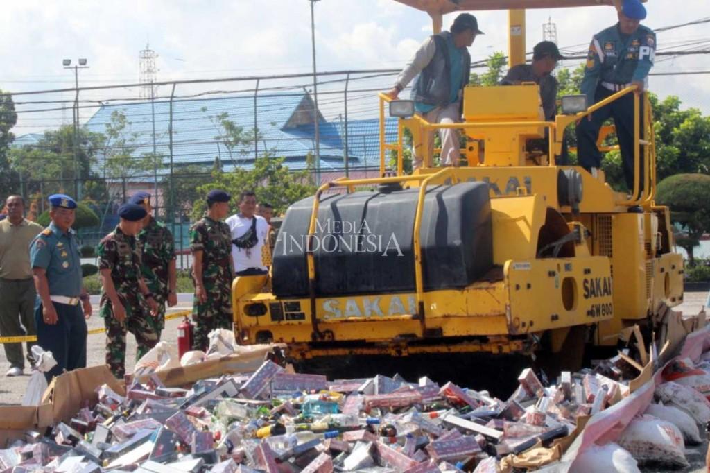 Lanal Dumai Musnahkan Miras dan Rokok Ilegal