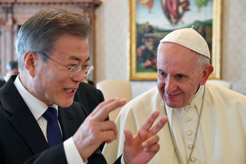 Presiden Korsel Moon Jae-in bersama Paus Fransiskus di Vatikan. (Foto: AFP)