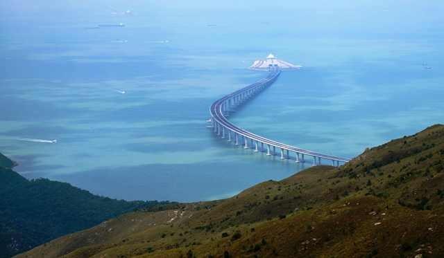 Panjang total jembatan hampir 55 kilometer dan 6,7 kilometer di antaranya merupakan terowongan bawah laut.   AFP Photo/Anthony Wallace