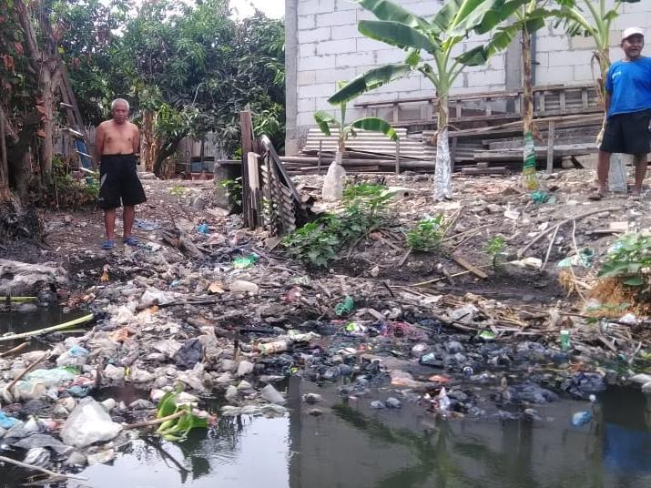 Sampah menumpuk di sungai yang melewati Desa Wedoro, Kecamatan Waru, Sidoarjo, Jawa Timur. Medcom.id/Syaikhul Hadi