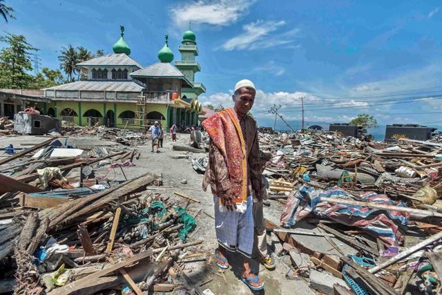 Warga korban gempa tsunami Palu berjalan usai melaksanakan ibadah salat Jumat di Masjid Baitussalam di Desa Loli Saluran, Donggala. Foto: Antara/Muhammad Adimaja.