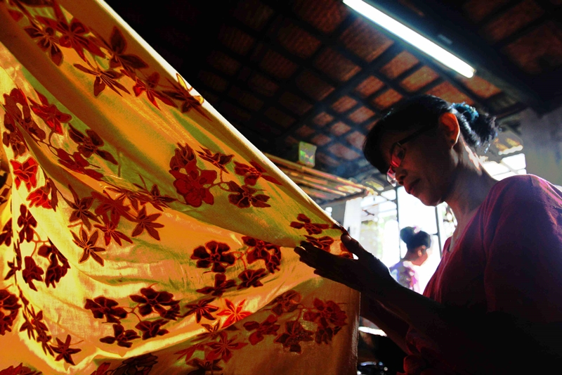 Ibu-ibu menyelesaikan pembuatan batik tulis di Workshop dan Show Room Batik Tobal, Pekalongan , Jawa Tengah. MI/Ramdani